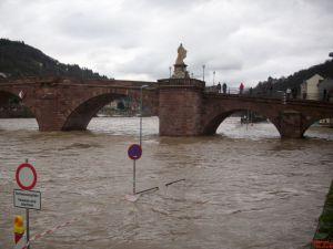 Alte Brücke mit Hochwasser